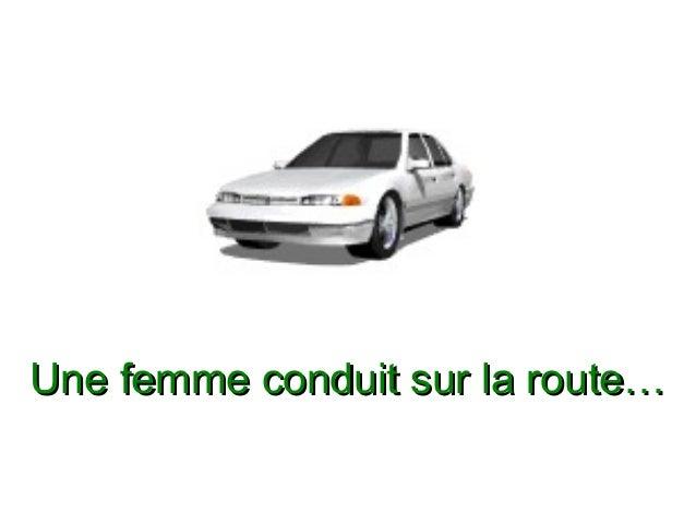 Une femme conduit sur la route…Une femme conduit sur la route…