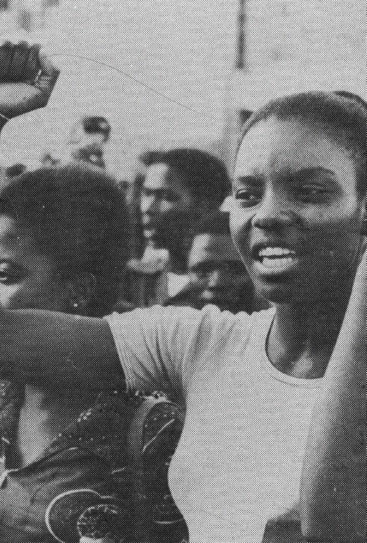Foto de capa da revista «Tempo», com Alcinda Honwana na 1ª Conferência da Organização da Juventude Moçambicana, Maputo, 19...