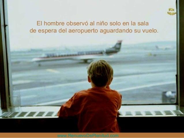 El hombre observó al niño solo en la salaEl hombre observó al niño solo en la salade espera del aeropuerto aguardando su v...