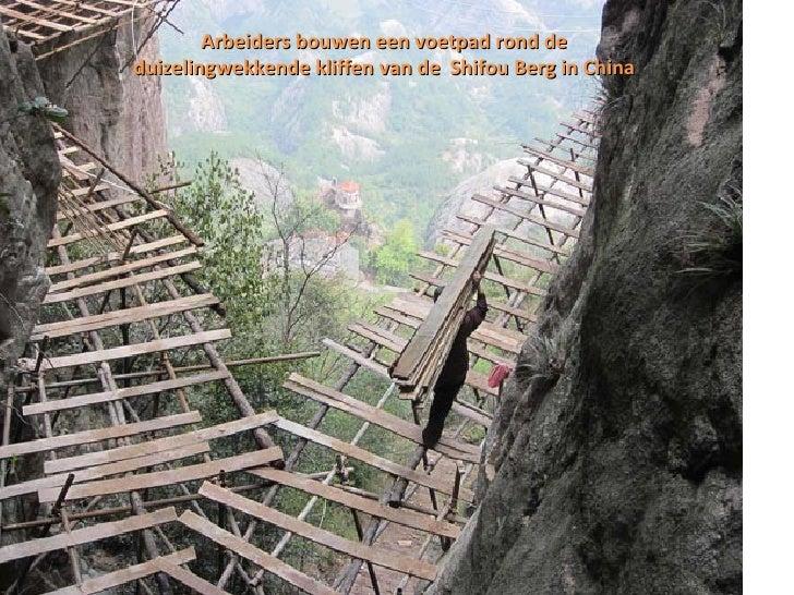 Arbeiders bouwen een voetpad rond de duizelingwekkende kliffen van de  Shifou Berg in China
