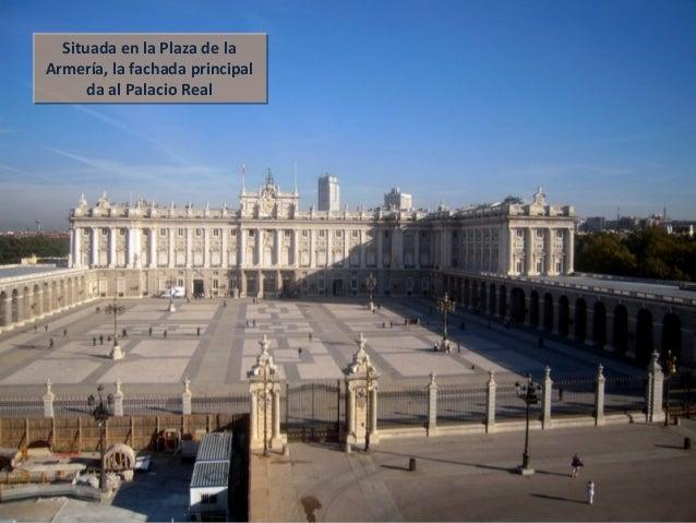 Situada en la Plaza de la Armería, la fachada principal da al Palacio Real Situada en la Plaza de la Armería, la fachada p...