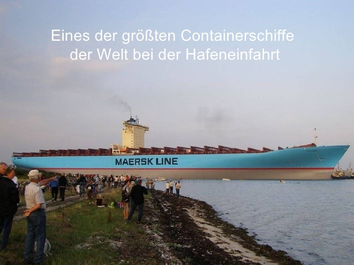 Eines der größten Containerschiffe  der Welt bei der Hafeneinfahrt