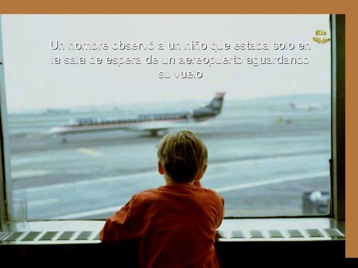 Ria Slides Un hombre observó a un niño que estaba solo en la sala de espera de un aereopuerto aguardando su vuelo .
