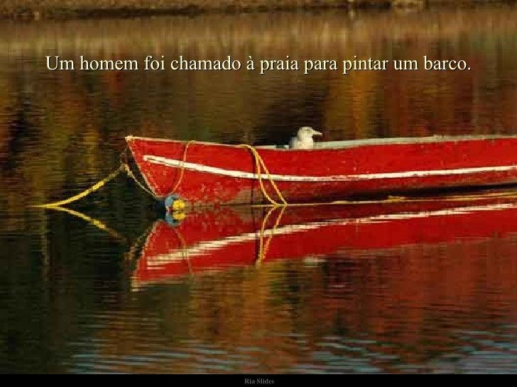 Um homem foi chamado à praia para pintar um barco. .