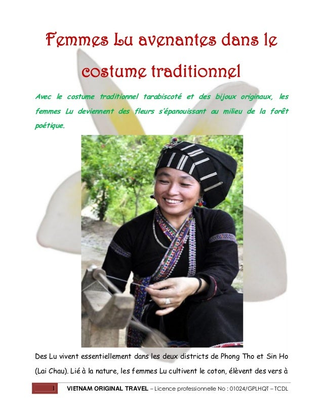 Femmes Lu avenantes dans le costume traditionnel Avec le costume traditionnel tarabiscoté et des bijoux originaux, les fem...