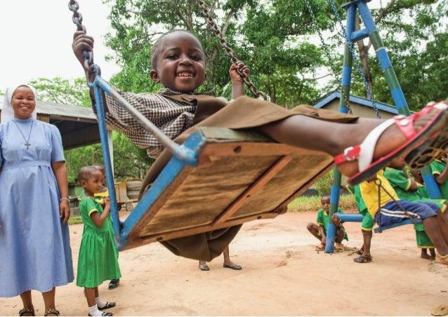 Tansania Ostafrika Spiel und Spaß in einem Kindergarten in Tansania: Die Ordensschwester schubst das Mädchen auf der Schau...