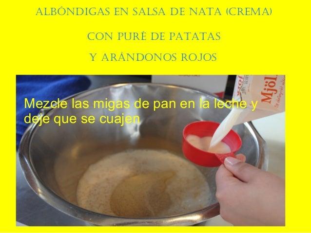 AlbóndigAs en sAlsA de nAtA (cremA) con puré de pAtAtAs y Arándonos rojos Mezcle las migas de pan en la leche y deje que s...