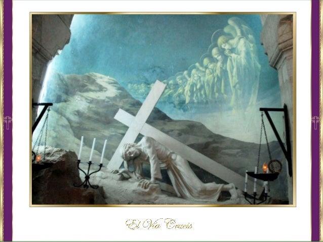 El camino se representa con una serie de catorce imágenes de la Pasión, denominadas estaciones, correspondientes a inciden...