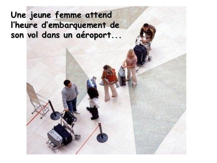 Une jeune femme attend l'heure d'embarquement de son vol dans un aéroport...