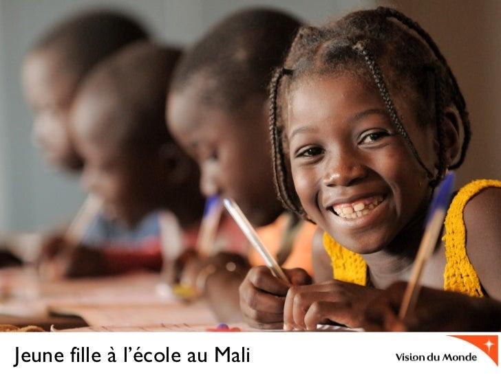 Jeune fille à l'école au Mali