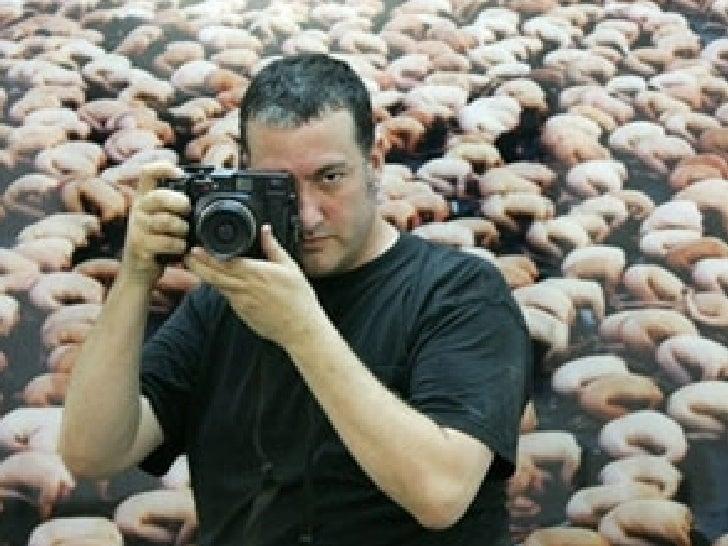 Spencer Tunick   Es muy conocido por sus fotografías de grandes masas de personas desnudas dispuestas en artísticas formac...