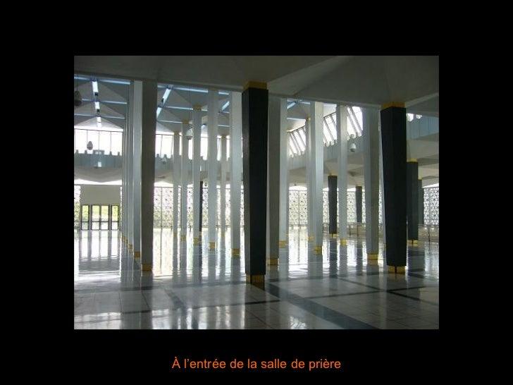À l'entrée de la salle de prière