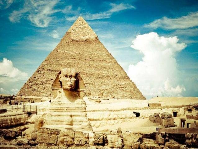 O faraó do Egito Akhenaton e sua esposa Nefertiti deleitam-se com a atenção a suas filhas diante dos raios do deus-sol, At...