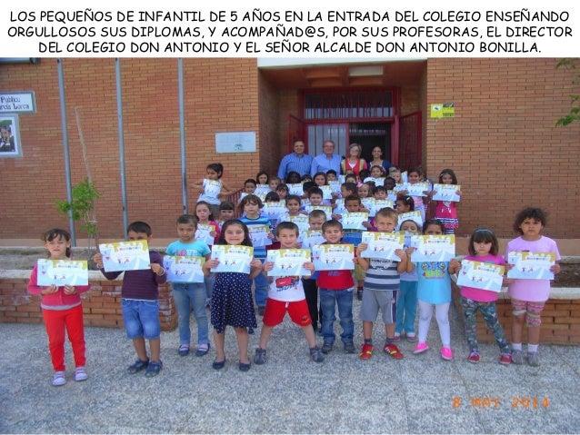 LOS PEQUEÑOS DE INFANTIL DE 5 AÑOS EN LA ENTRADA DEL COLEGIO ENSEÑANDO ORGULLOSOS SUS DIPLOMAS, Y ACOMPAÑAD@S, POR SUS PRO...