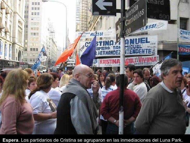 Espera . Los partidarios de Cristina se agruparon en las inmediaciones del Luna Park.