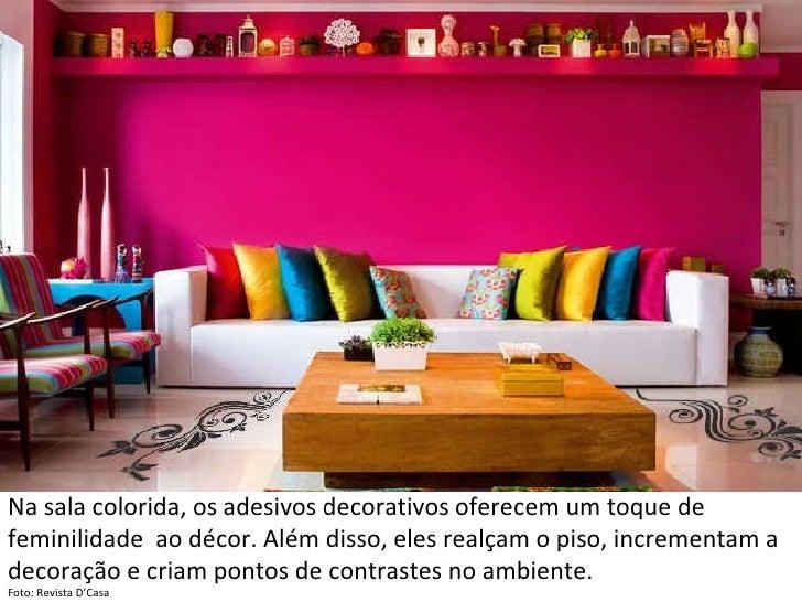 Na sala colorida, os adesivos decorativos oferecem um toque de feminilidade  ao décor. Além disso, eles realçam o piso, in...