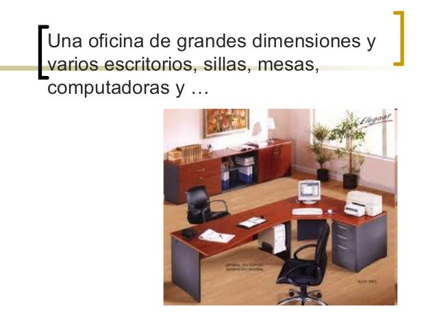 una oficina de grandes dimensiones y varios escritorios