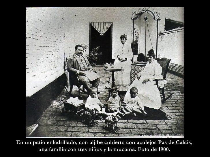 En un patio enladrillado, con aljibe cubierto con azulejos Pas de Calais,  una familia con tres niños y la mucama. Foto de...