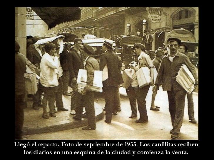 Llegó el reparto. Foto de septiembre de 1935. Los canillitas reciben  los diarios en una esquina de la ciudad y comienza l...