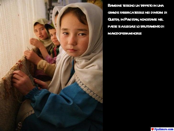 Bambine tessono un tappeto in una grande fabbrica tessile nei dintorni di Quetta, in Pakistan, nonostante nel paese sia il...