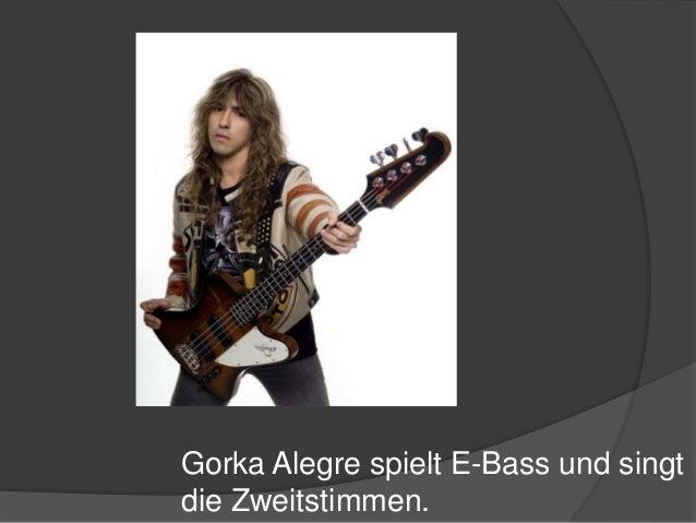 Gorka Alegre spielt E-Bass und singt die Zweitstimmen.