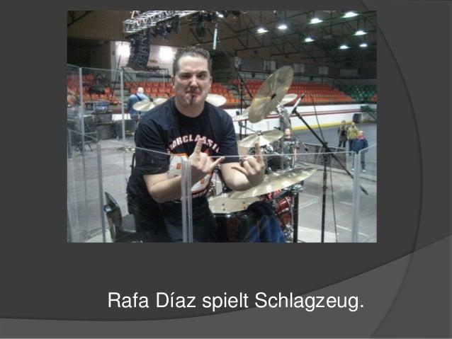 Rafa Díaz spielt Schlagzeug.