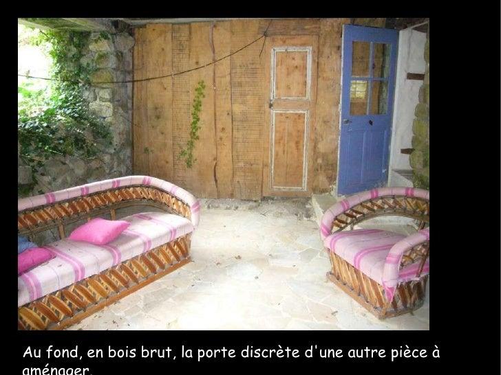 Au fond, en bois brut, la porte discrète d'une autre pièce à aménager.