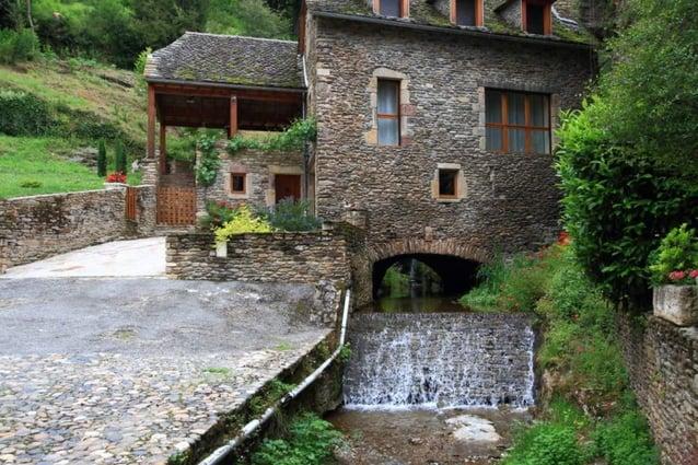 De nombreuses maisons qui entourent le château ont fait lobjetde restauration, tout comme les ruelles pavées de galets ron...
