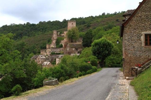 Aujourdhui propriété dun couple daméricains, le château se visite. Flanqué de cinq tours circulaires et dun donjon carré,l...