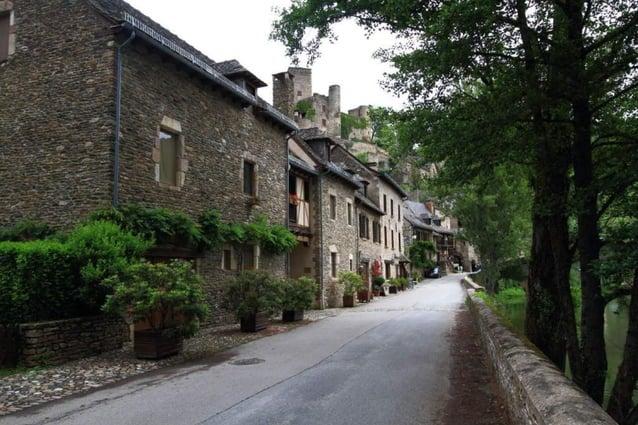 L'église du XVe siècle, située sur la rive gauche de l'Aveyron et à laquelle on accède par un pont de la même époque, est ...