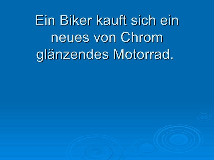 Ein Biker kauft sich ein neues von Chrom glänzendes Motorrad.