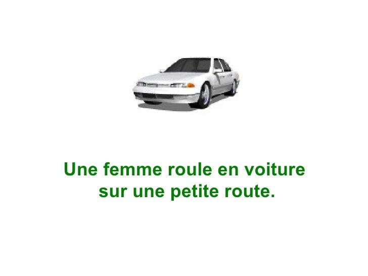 Une femme roule en voiture  sur une petite route.
