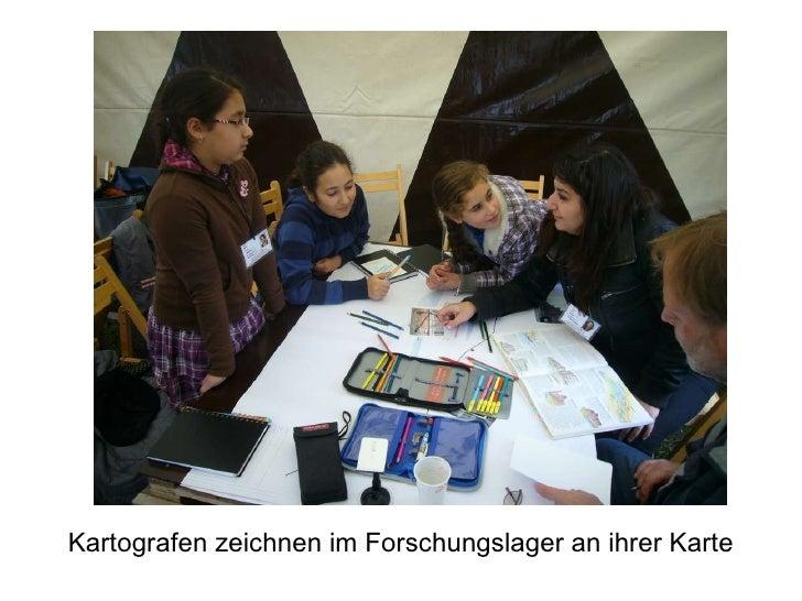Kartografen zeichnen im Forschungslager an ihrer Karte