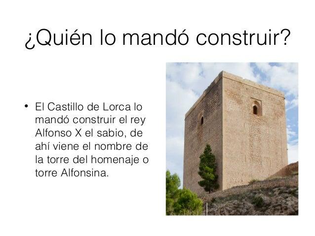 Características de las torres • La fortaleza es de forma alargada y su planta es poligonal. Uno de los aspectos más repres...