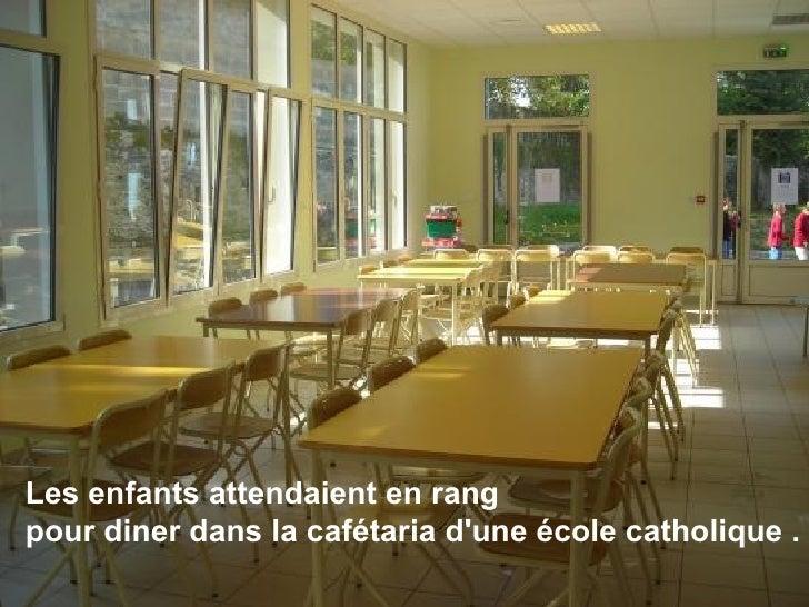 Les enfants attendaient en rang  pour diner dans la cafétaria d'une école catholique .