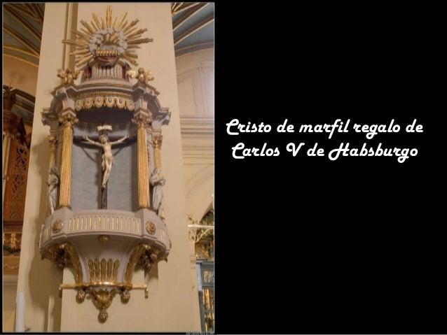 Pequeño altar donde hay un cofre con tierra del pueblo natal de Pizarro