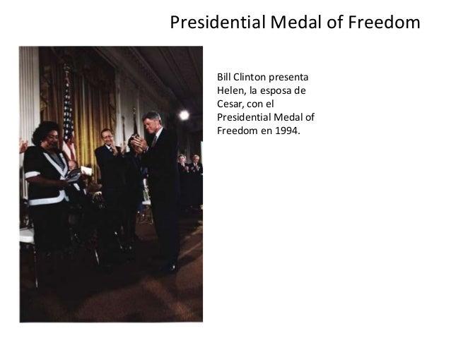 Presidential Medal of Freedom Bill Clinton presenta Helen, la esposa de Cesar, con el Presidential Medal of Freedom en 199...