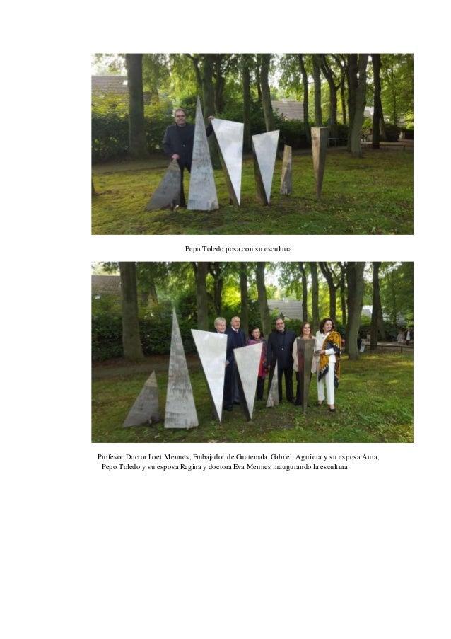 Pepo Toledo posa con su escultura Profesor Doctor Loet Mennes, Embajador de Guatemala Gabriel Aguilera y su esposa Aura, P...