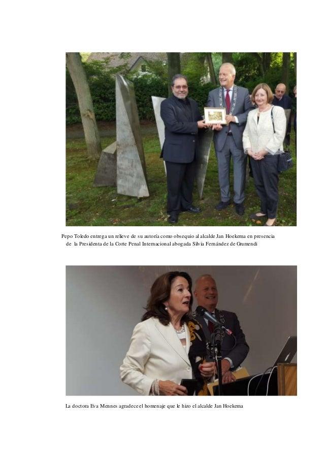 Pepo Toledo entrega un relieve de su autoría como obsequio al alcalde Jan Hoekema en presencia de la Presidenta de la Cort...