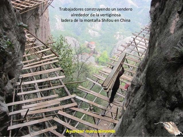 Trabajadores construyendo un sendero  alrededor de la vertiginosa  ladera de la montaña Shifou en China  Avanzar manualmen...