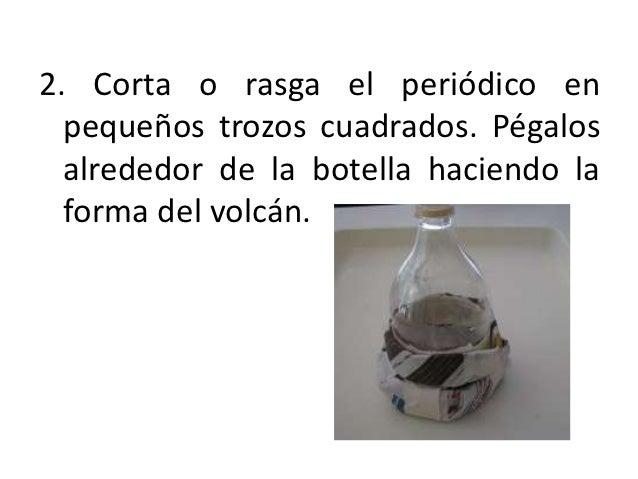 2. Corta o rasga el periódico en  pequeños trozos cuadrados. Pégalos  alrededor de la botella haciendo la  forma del volcán.