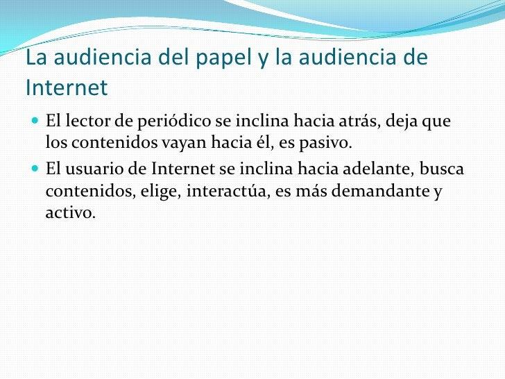 La audiencia del papel y la audiencia de Internet<br />El lector de periódico se inclina hacia atrás, deja que los conteni...