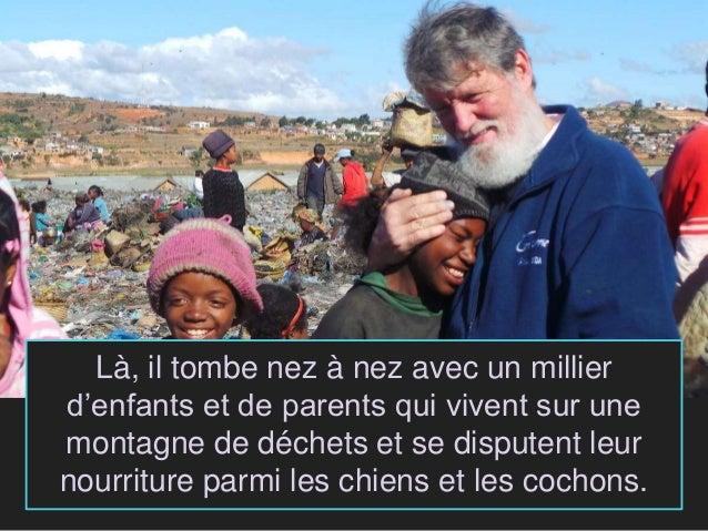 Là, il tombe nez à nez avec un millier d'enfants et de parents qui vivent sur une montagne de déchets et se disputent leur...
