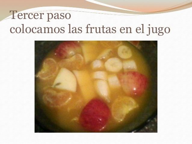 Tercer paso colocamos las frutas en el jugo