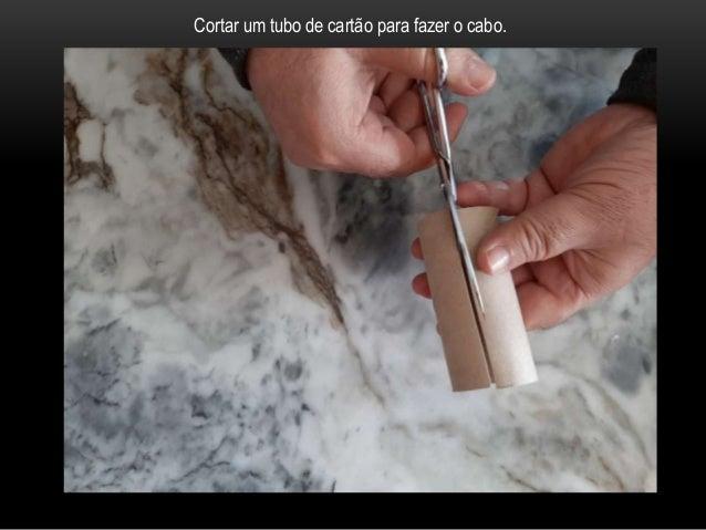 Cortar um tubo de cartão para fazer o cabo.