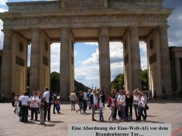 Eine Abordnung der Eine-Welt-AG vor dem Brandenburger Tor…