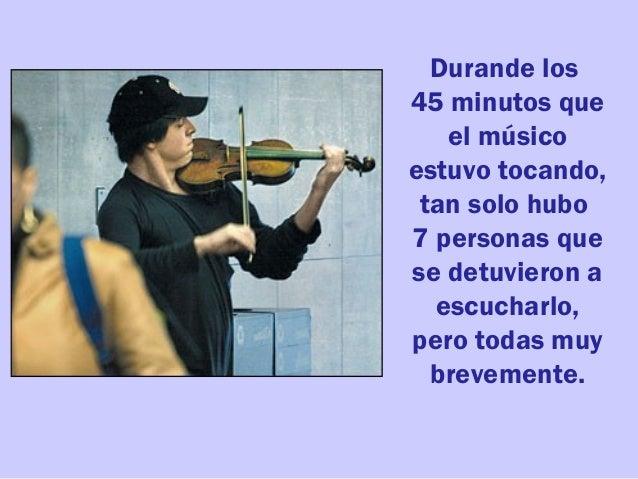 Durande los 45 minutos que el músico estuvo tocando, tan solo hubo 7 personas que se detuvieron a escucharlo, pero todas m...