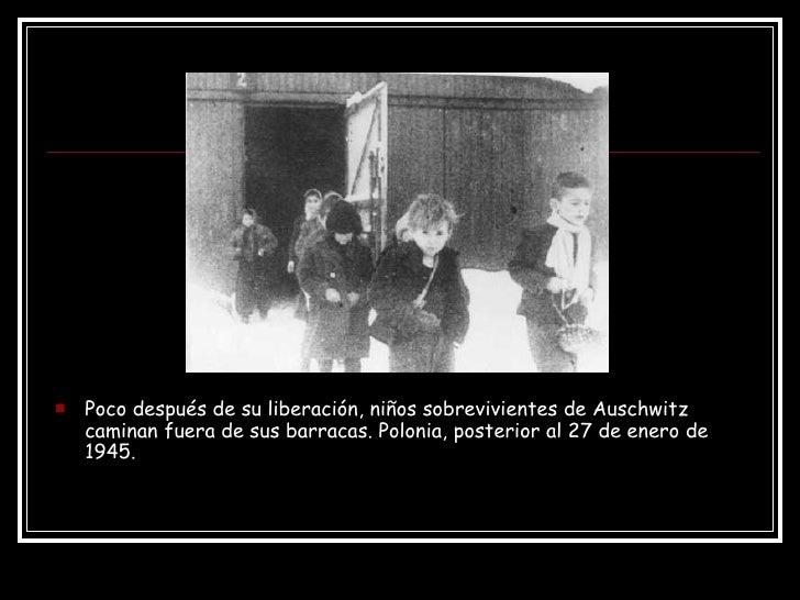 <ul><li>Poco después de su liberación, niños sobrevivientes de Auschwitz caminan fuera de sus barracas. Polonia, posterior...