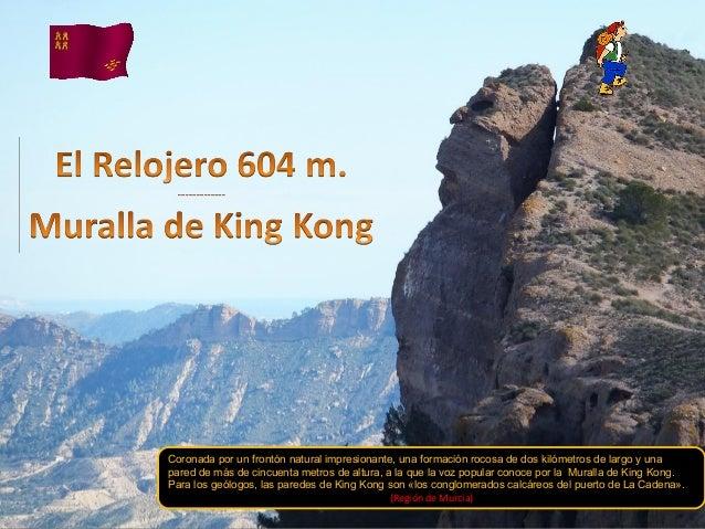 Coronada por un frontón natural impresionante, una formación rocosa de dos kilómetros de largo y unapared de más de cincue...