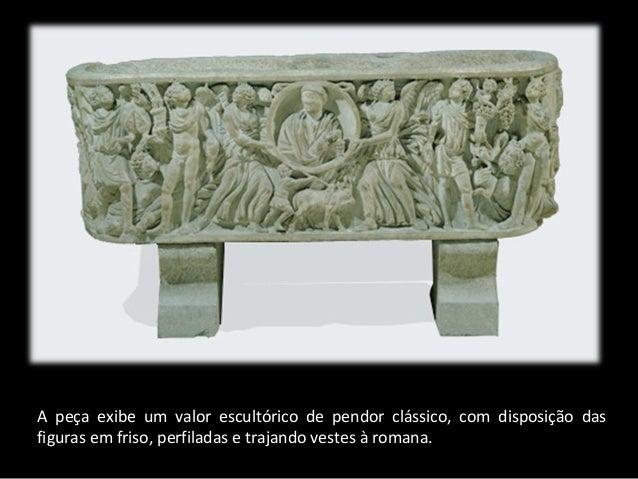 A peça exibe um valor escultórico de pendor clássico, com disposição das figuras em friso, perfiladas e trajando vestes à ...